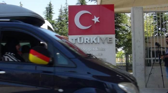 Eine Familie aus Deutschland passiert die türkische Grenze. Viele Deutschtürken fahren Sommer für Sommer mit dem Auto in die Heimat ihrer Eltern und Großeltern.