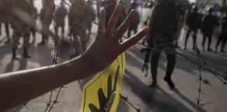 """Vor genau einem Jahr verübten ägyptische Sicherheitskräfte ein Massaker unter Anhängern des zuvor gestürzten Präsidenten Mursi. Human Rights Watch veröffentlichte nun einen Bericht und sagte, es handele sich """"möglicherweise Verbrechen gegen die Menschlichkeit""""."""