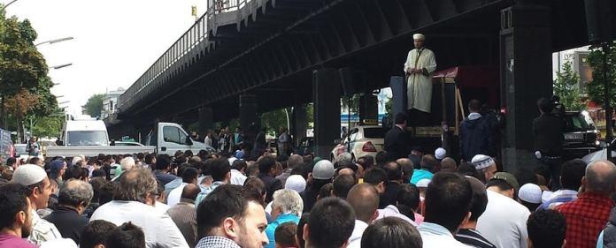 Islam in Deutschland: Der Vorsitzende der Islamischen Föderation in Berlin Fazlı Altın kritisierte die Haltung der deutscher Sicherheitsbehörden, Politiker und Medien unmittelbar nach dem Brand in der Mevlana-Moschee. Er bedankte sich bei der türkischen Regierung.