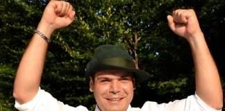 Mithat Gedik (M) hat am 18.07.2014 beim Schützenfest in Werl-Sönnern (Nordrhein-Westfalen) den Vogel abgeschossen und wird von seinen Schützenbrüdern gefeiert. Weil er kein Christ ist, soll Schützenkönig Mithat Gedik seine Königskette zurückgeben.