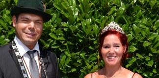 Der Schützenkönig Mithat Gedik (l) und seine Frau Melanie (M) am 18.07.2014 beim Schützenfest in Werl-Sönnern (Nordrhein-Westfalen). Weil er kein Christ ist, soll Schützenkönig Mithat Gedik seine Königskette zurückgeben.