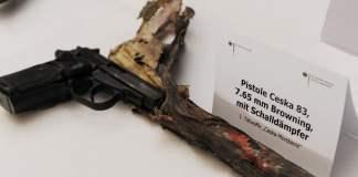 Die Bundesanwaltschaft zeigt am 01.12.2011 im Dienstgebäude der Bundesanwaltschaft in Karlsruhe Waffen, die bei den Ermittlungen gegen die terroristische Vereinigung «Nationalsozialistischer Untergrund» (NSU) gefunden wurden. Hier eine Pistole Ceska 83, 7,65 Browning mit Schalldämpfer, die erste Tatwaffe der sogenannten «Ceska-Mordserie». Zwei Schweizer Kriminalpolizisten sollen diese Woche im NSU-Prozess als Zeugen dazu beitragen, die immer noch ungelösten Rätsel um die wichtigste Mordwaffe des NSU-Trios aufzuklären.