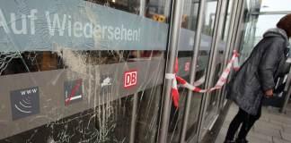 Zerstörte Glasscheiben am Zugang zum Hauptbahnhof sind am 27.10.2014 in Köln (Nordrhein-Westfalen) zus sehen. Bei einer Demo gegen Salafisten haben sich Hooligans und Rechtsradikale am Hauptbahnhof massive Auseinandersetzungen mit der Polizei geliefert.