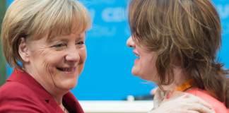 """Bundeskanzlerin Angela Merkel (CDU) nimmt Glückwünsche einer Besucherin am 22.10.2014 bei der CDU-Konferenz zum Thema """"Zugewandert - Angekommen?! - Chancen der Vielfalt"""" in Berlin entgegen."""