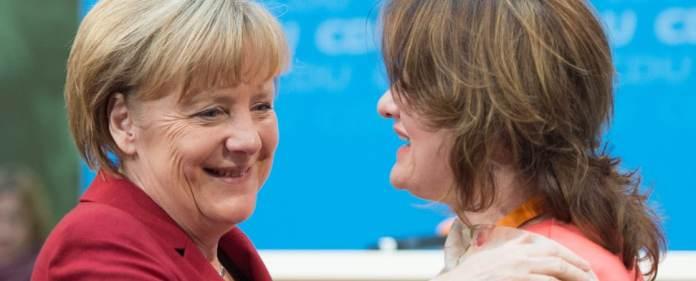 Bundeskanzlerin Angela Merkel (CDU) nimmt Glückwünsche einer Besucherin am 22.10.2014 bei der CDU-Konferenz zum Thema