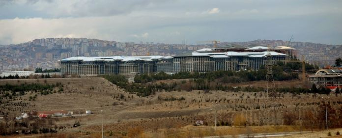 1.000 Zimmer hat der neue türkische Präsidentenpalast Ak Saray. Kritik sehen darin eine massive Verschwendung. Die Regierung sieht es dagegen als gerechtfertigt.