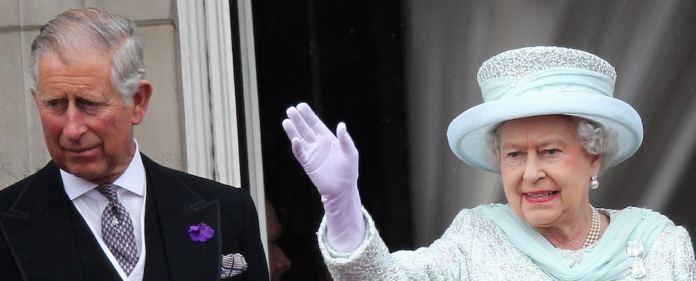 Der künftige König Charles neben der Queen.