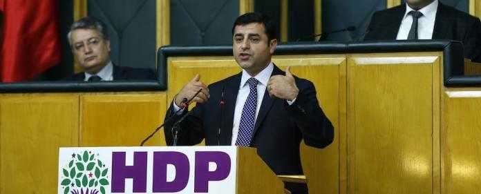 Der stellvertretende Vorsitzende der HDP, Selahattin Demirtaş, erklärte, der Friedensprozess könne nicht noch bis nach den Wahlen 2015 aufgeschoben werden. Gleichzeitig kritisierte er Scharfmacher innerhalb der kurdischen Bewegung.