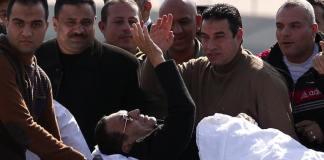 Mubarak auf einer Trage am Tag der Urteilsverkündung.