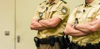 Zwei Beamte der Spezialeinheit «Unterstützungskommando» (USK) sichern am 23.01.2014 den Gerichtssaal des Oberlandesgerichts in München (Bayern).