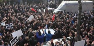 Ekrem Dumanlı wird unter dem Jubel der anwesenden Menge abgeführt.