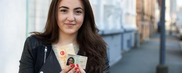 Die 22-jährige Gökben Akgül posiert am 08.03.2014 in Wuppertal (Nordrhein-Westfalen) mit ihrem türkischen und deutschen Pass.