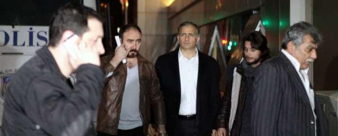 Ekrem Dumanli wird von Polizisten abgeführt.
