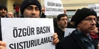 Eine Gruppe demonstriert vor dem Zaman-Gebäude in Istanbul für Medienfreiheit.