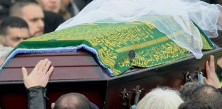 Das Foto zeigt den Sarg von Tuğçe Albayrak, der von Teilnehmern ihrer Beerdigung getragen wird.