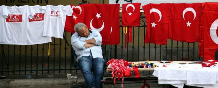 Ein Verkäufer von Türkeifahnen in der Istiklal Caddesi in Istanbul vor seinem Stand. Das Eurobarometer, eine regelmäßig im Auftrag der Europäischen Kommission in Auftrag gegebene Umfrage, brachte in der Türkei aufschlussreiche Ergebnisse. Das Vertrauen in Brüssel sinkt weiter.