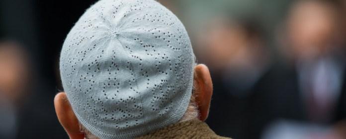 Ein Muslim steht am 16.01.2015 vor dem Eingang von RTL in Köln (Nordrhein-Westfalen). Nach dem Terroranschlag auf