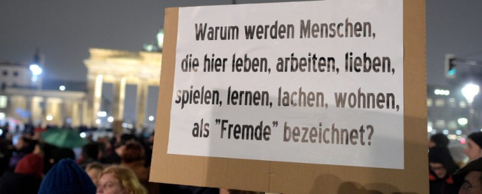 Einige Menschen haben sich am 05.01.2015 am Brandenburger Tor in Berlin zu einer Protestkundgebung der Berliner Türkischen Gemeinde gegen Pegida versammelt.