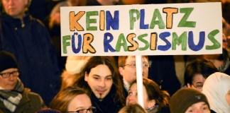Ein Teilnehmer trägt am 05.01.2015 bei einer Anti-Pegida-Kundgebung in Hamburg ein Schild mit der Aufschrift «Kein Platz für Rassismus». Unter dem Motto «Tolerante Europäer gegen die Idiotisierung des Abendlandes» (Tegida) demonstrierten mehrere tausend Teilnehmer gegen die für den Abend erneut geplanten Demonstrationen der islamkritischen Pegida-Bewegung.