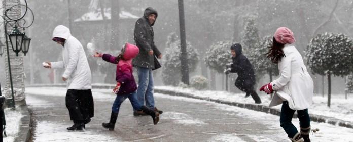 Passanten in Istanbul spielen mit Schnee. Die Metropole erlebt einen sehr kalten Winter. Die Temperaturen sollen in den nächsten -20 Grad erreichen.