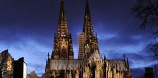 Der Kölner Dom, aufgenommen bei Nacht mit dem Museum Ludwig am 27.11.2009.