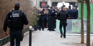 Polizisten sichern in Paris den Tatort nach dem Anschlag auf die Redaktionsräume des Satiremagazins Charlie Hebdo ab.