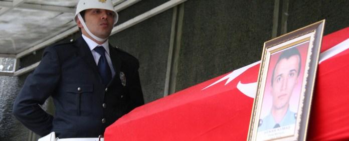 Der beim Selbstmordanschlag in Istanbul umgekommene Polizist wird in seiner Heimatstadt Trabzon beerdigt.
