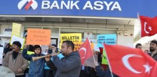 Tausende Türken solidarisieren sich seit Dienstagabend mit der der Hizmet-Bewegung nahe stehenden Beteiligungsbank Bank Asya.