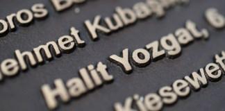 Der Name Halit Yozgat steht am 25.09.2013 neben weiteren Namen der NSU-Mordopfer auf einem Gedenkstein in Kassel (Hessen). Der Untersuchungsausschuss des hessischen Landtags zum NSU-Mord in Kassel hört am 19.02.2015 in öffentlicher Sitzung Experten an.