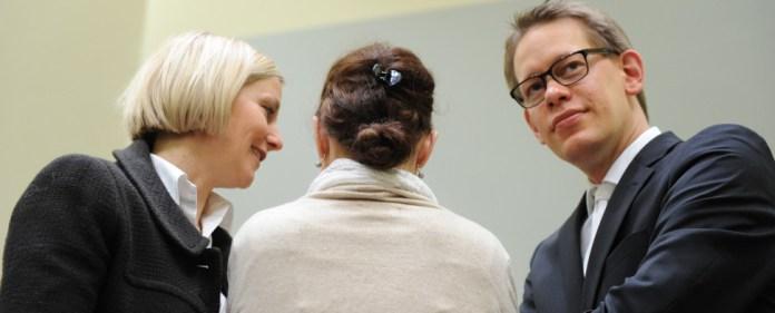 Die Angeklagte Beate Zschäpe (M) steht am 04.02.2015 in München (Bayern) im Gerichtssaal zwischen ihren Anwälten Anja Sturm und Wolfgang Heer. Vor dem Oberlandesgericht wurde der Prozess um die Morde und Terroranschläge des