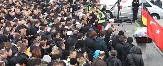 Familie und Freunde versammelten sich zur Beerdigung der jungen Studentin Tugce Albayrak.