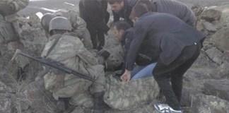 Bevölkerung von Agri hilft verletzten Soldaten