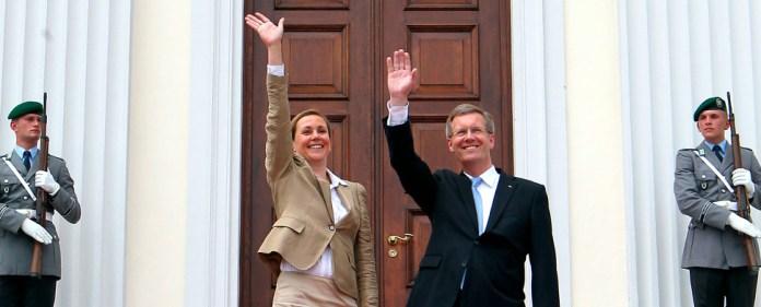 Der damalige Bundespräsident Christian Wulff und seine Frau Bettina stehen am 02.07.2010 vor dem Schloss Bellevue in Berlin und winken der Bevölkerung zu.