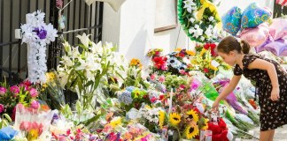 Ein weißer Attentäter geht in die Kirche einer schwarzen Gemeinde und tötet neun Menschen aus Hass.