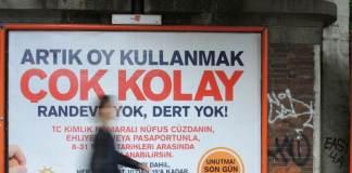 Ein Passant geht am 27.05.2015 in Berlin an einem Wahlplakat der türkischen Regierungspartei AKP vorbei. Die Türkei wählt am 7. Juni ein neues Parlament. Türkische Staatsbürger können auch in Deutschland ihre Stimme abgeben.