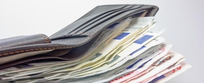 Ehrlicher syrischer Finder gibt gefundenen Geldbeutel zurück.