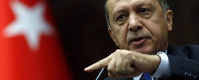 Erdoğan redet wütend in ein Mikrofon und deutet mit dem Zeigefinger drohend nach vorne.