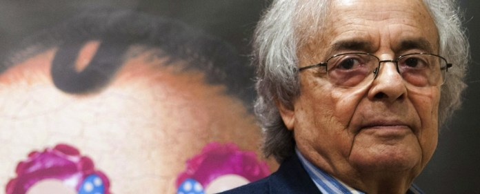 Der syrisch-libanesischen Dichter Adonis blickt in die Kamera.