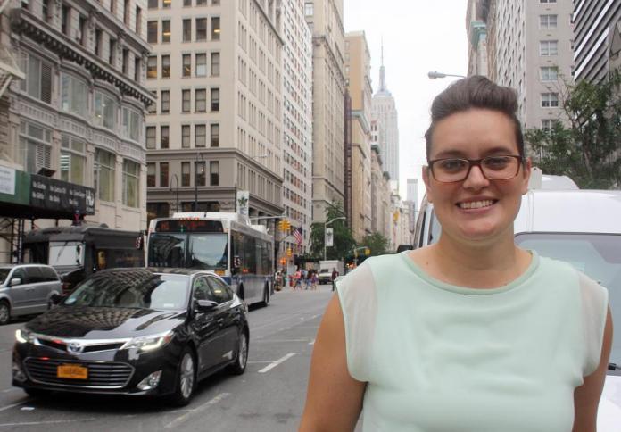 Lara-Zuzan Golesorkhi, aufgenommen am 30.06.2015 in New York. Die 27-j‰hrige Stuttgarterin studiert in den USA, aber die Debatten um die Diskriminierung muslimischer Frauen in Deutschland verfolgt sie genau. Mit einer Kampagne will die junge Stuttgarterin jetzt dagegen angehen - und hat daf¸r jetzt einen hoch dotierten UN-Preis bekommen. Foto: Christina Horsten/dpa (zu dpa