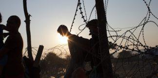 Flüchtlinge versuchen die Grenzen in Mazedonien zu überqueren.