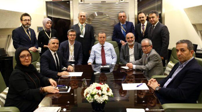 Der türkische Staatspräsident Erdoğan mit Journalisten in seinem Flugzeug