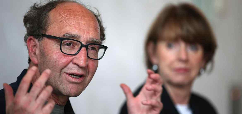 Der türkischstämmige Autor Dogan Akhanli (l) spricht am 20.10.2017 in Köln (Nordrhein-Westfalen) neben Oberbürgermeisterin Henriette Reker auf einer Pressekonferenz. Der Schriftsteller war wegen eines türkischen Auslieferungsersuchens knapp zwei Monate in Spanien festgehalten worden