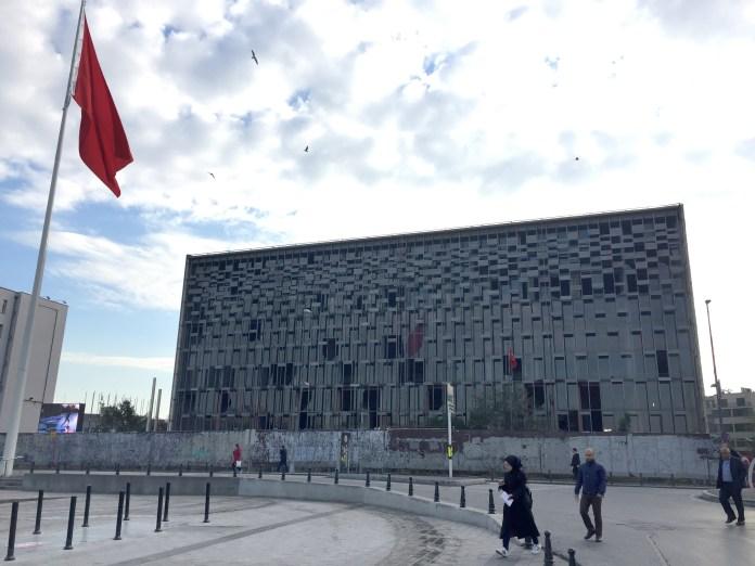 Der türkische Staatspräsident Recep Tayyip Erdogan lässt mit dem Atatürk-Kulturzentrum in Istanbul ein Symbol der Gezi-Proteste abreißen und durch einen ähnlichen Neubau ersetzen.