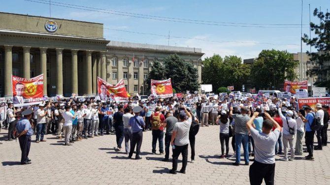 Hunderte von Menschen versammelten sich vor dem Gebäude der türkischen Botschaft in Bischkek.