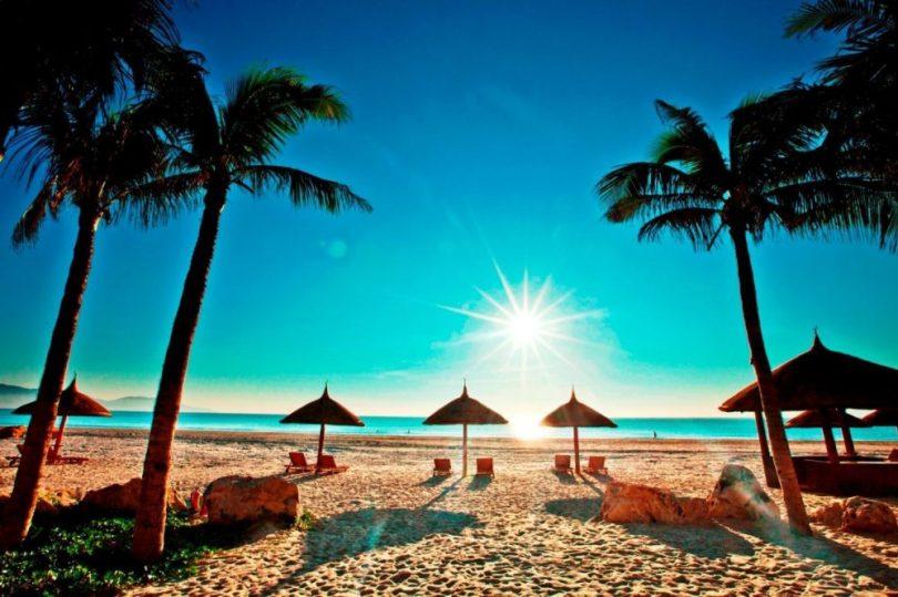 Hình ảnh bãi tắm ở Vinpearl Land Nha Trang với màu cát trắng như thủy tinh