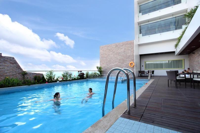 Bể bơi tại khách sạn Novotel được đánh giá là hơi nhỏ
