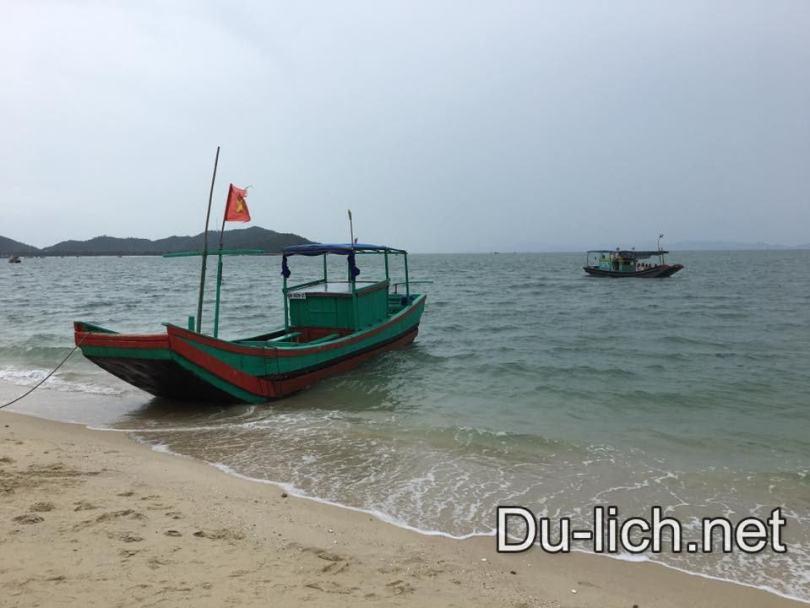 Hình ảnh con tàu gỗ chở khách ra đảo Cô Tô con