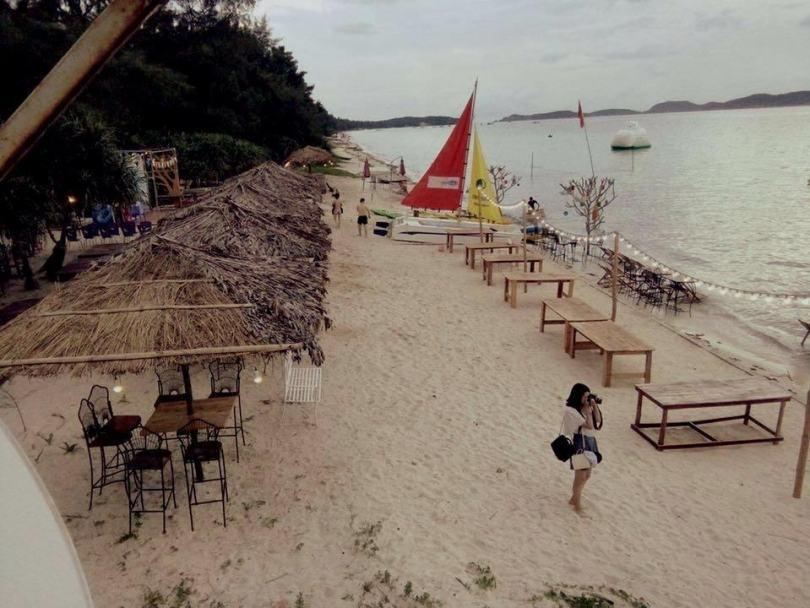 Hình ảnh khu nhà gỗ Cô Tô ở bãi tắm Hồng Vàn