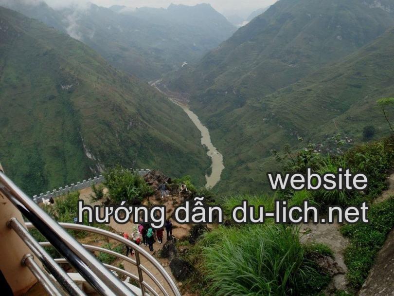 Trên điểm dừng chân đèo Mã Pí Lèng nhìn xuống sông Nho Quế