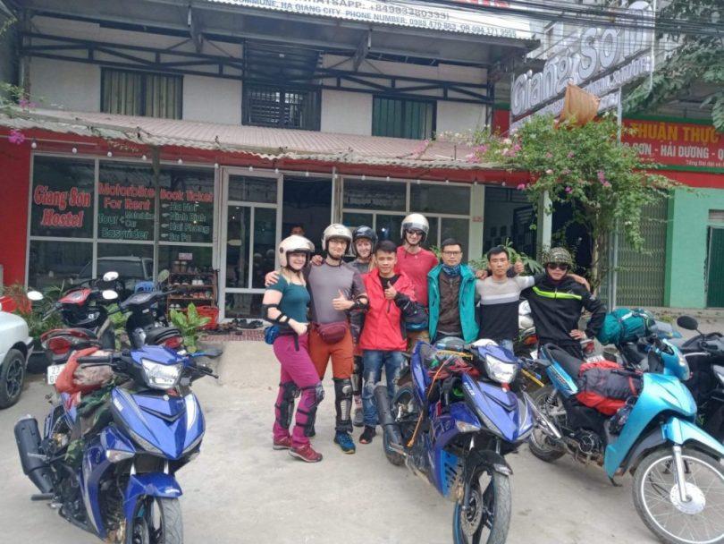 Hà Giang cho thuê xe máy. Một nhóm khách thuê xe máy, thuê luôn cả người lái xe máy nhà em Giang nữa